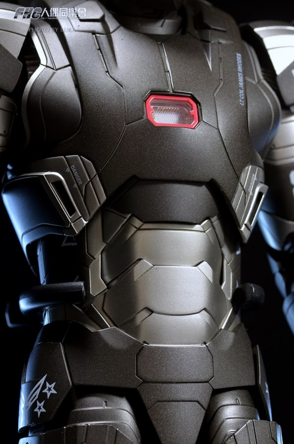 hottoys-ironman3-war-machine-luka-044