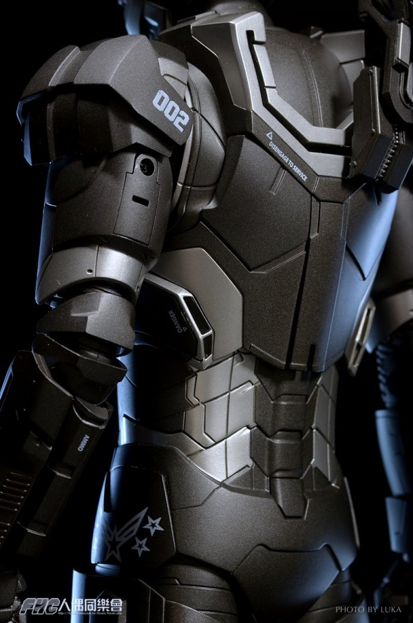 hottoys-ironman3-war-machine-luka-045