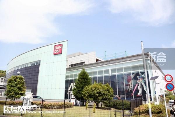 BANDAI HOBBY CENTER 位於静冈县静冈市,静冈車站只有15分钟钟车程。外观,曲面的部分全高为18公尺,就是1:1 比例高达RX-78-2 的高度。