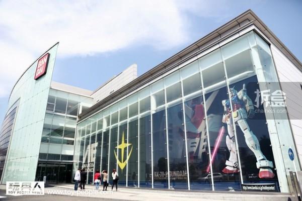 巨型玻璃帷幕上以近年来的代表作品,RG RX-78-2 的封面作为装饰。另外还有「机动战士高达」中,制作生产机动战士的虚构公司『亚纳海姆电子公司』(アナ八イム・工レク卜口二クス)商标!