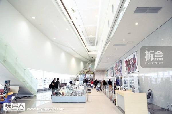 一进到HOBBY CENTER 所看到的光景,纯白的大厅相当的高级、具有质感,就像是来到博物馆一样。
