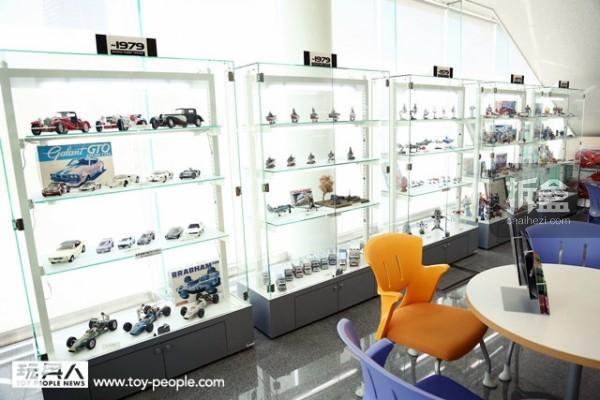 BANDAI 於1950 年成立,但真正开始生产模型玩具是从1970 年代。而大厅里就展出了1976 年至今为止的许多经典作品,将BANDAI 的历史凝聚在其中、尽收眼底!