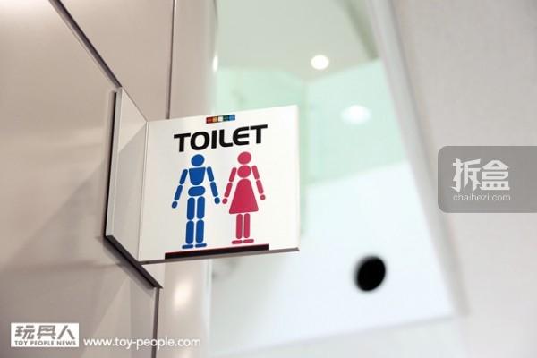 所有的厕所、电梯图样全部採用模型人偶的造型设计,相当具有玩心啊~