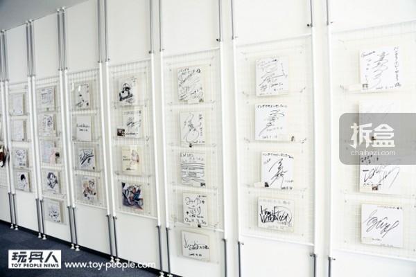 名人墙:上头展示了许多曾来此参观的名人签名。