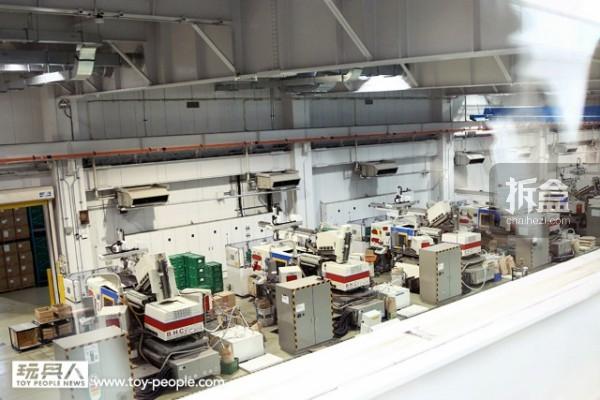 二楼的另一侧走廊,从这裡就能向下俯瞰整个工厂。