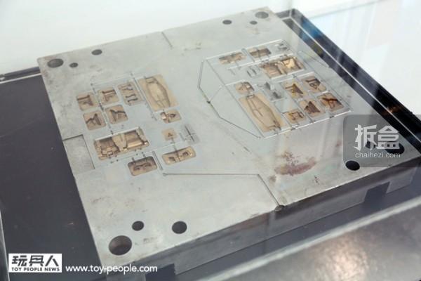 曾经实际使用过的RX-78-2 模具。附带一提,在「BANDAI HOBBY CENTER」中,所有的模具都收藏在工厂的地底下。每一块模具的平均重量是150公斤,比较大块的约200公斤。