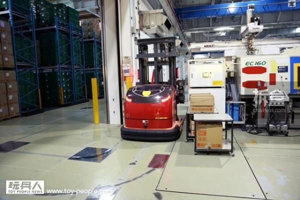 「BANDAI HOBBY CENTER」中的自动搬运机器人!~ 一共有扎古绿、夏亚专用红两种配色。