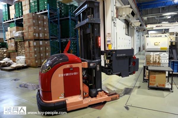 自动搬运机器人负责帮忙搬运原料以及完成品。