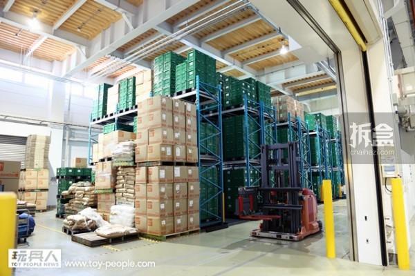 工厂的旁边就是仓库,全部7,500 个绿色的收纳箱,藉由全自动化机器人搬运,并利用条码来管理。收纳箱为绿色配色,表明为量产型的产品。
