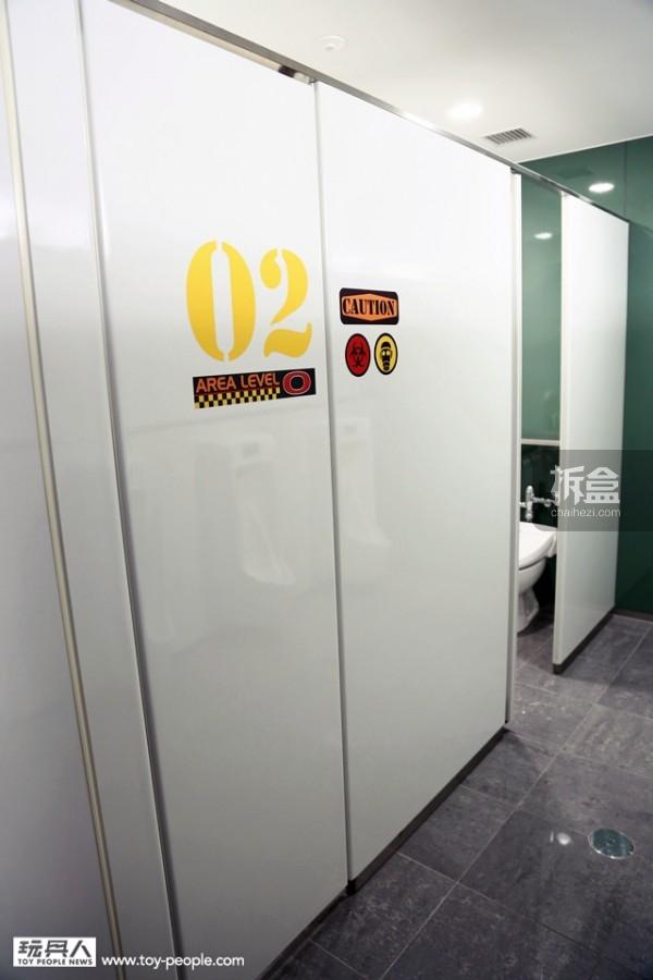 就连厕所的门都是「白色基地」式样!採用了感应功能,进/出门会自动开启。因应建设主题之一的「地球环境的共生」,BANDAI HOBBY CENTER 利用了地下储水槽,回收、净化雨水与地下水约2000 吨,厕所所有的用水皆使用回收处理过后的水。
