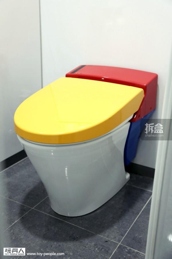 马桶使用的是高达经典的黄、蓝、红、白配色。