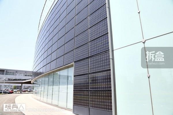 BANDAI HOBBY CENTER 为了地球环保而作的另一个重要装置,沿著整栋设施的外观装配了太阳能版,每年可省下5万6千千瓦的电力,发挥了节能环保的重要功效。