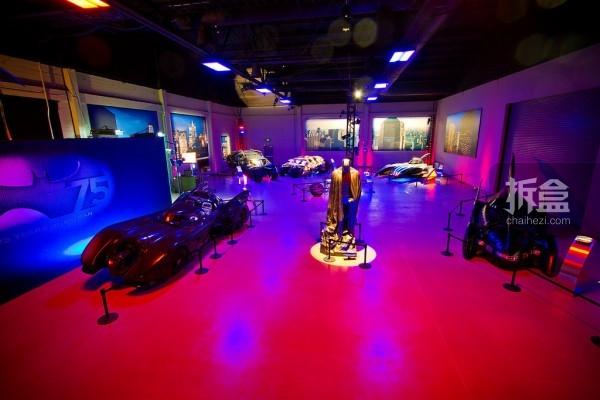 纪念展展出蝙蝠侠系列七部影片的道具,小到面具,大到蝙蝠车,包括六套蝙蝠侠战服等。