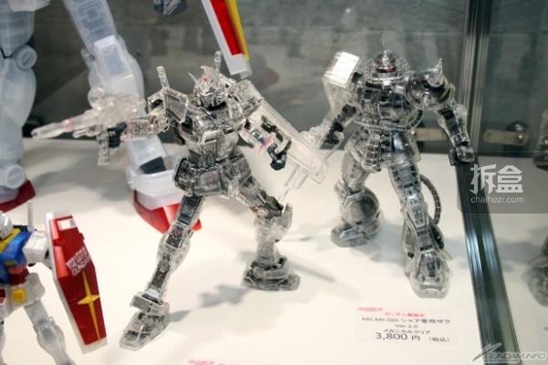 【左】MG RX-78-2ガンダムVer.3.0 メカニカルクリア 4,900円 【右】MG シャア専用ザクVer.2.0 メカニカルクリア 3,800円