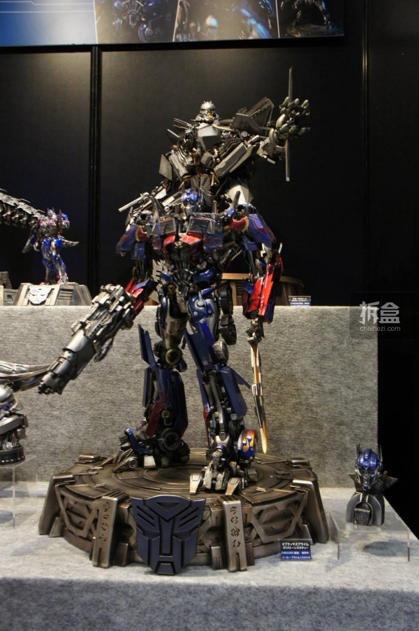OPTIMUS PRIME (Transformers: Dark of the moon)雕像,全高70cm,售价249000日元~