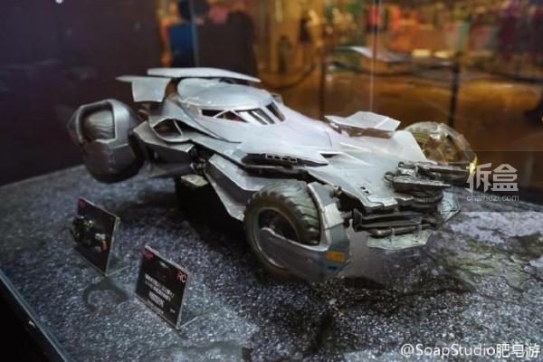 """去年推出""""蝙蝠侠黑暗骑士系列""""智能遥控车的@SoapStudio肥皂游 将参展BJCC 2016,现场展现2016年度新产品,包括""""蝙蝠侠大战超人:正义黎明""""1:12智能遥控蝙蝠车、1:30磁浮动态遥控蝙蝠战机、脑电波战斗训练器等"""