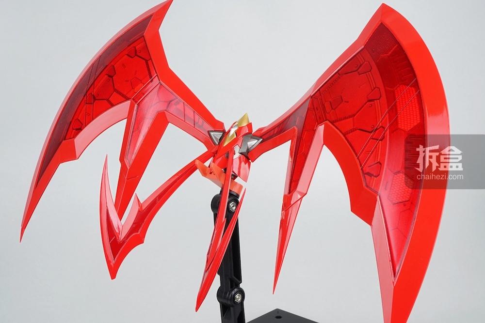 ↑背部飞行器 魔神的飞行器在千值练手中变得非常修长和充满了细节,非常讨人喜欢,不过大家把玩的时候千万不要碰到尖尖的位置,确实挺危险的。在动画魔神的飞行器还能飞出去攻击敌人,把敌人搞到头晕脑胀