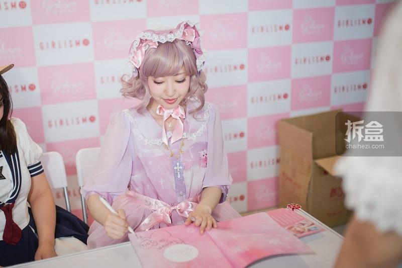 优酱美如画!!即使是在低头签售中,依然是美得毫无死角!!虫娘的少女心都要萌化了~~下次虫娘是不是也该买套全粉色系的小裙子来穿穿呢?