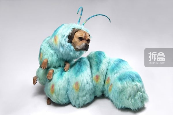"Pugglepillar 毛毛虫狗 L42""  x  W28''  x  H29''  Epoxy Clay, Acrylic paint, Faux Fur , Glass eyes  $10,000美元,黏土材质、人造毛"